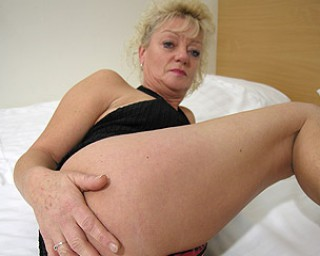 Mature sexkitten is ready to play