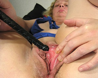 This mature slut gets herself to a climax